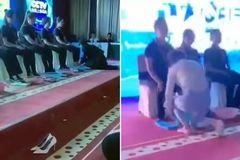 Giám đốc quỳ gối, rửa chân cho các nhân viên xuất sắc
