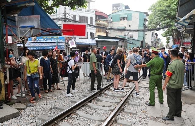 railway coffee shop,hanoi railway,travel news,Vietnam guide