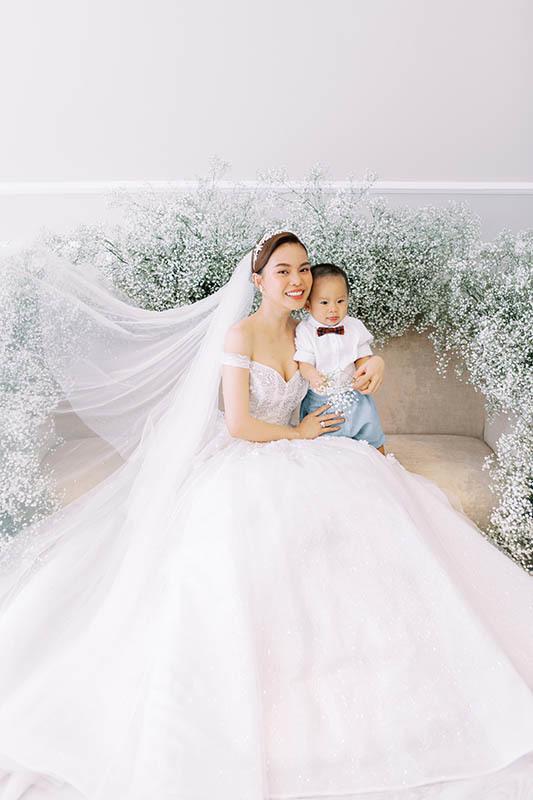 Giang Hồng Ngọc bế con trai chụp ảnh cưới với chồng hơn 8 tuổi