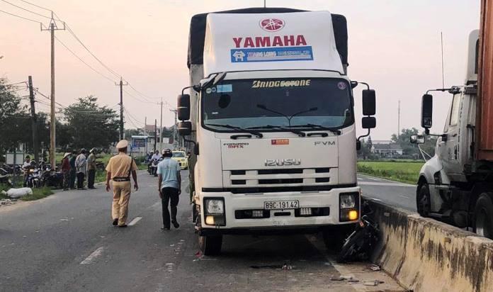 Va chạm với xe tải, 3 nữ sinh ở Quảng Nam bị hất bay khỏi xe máy