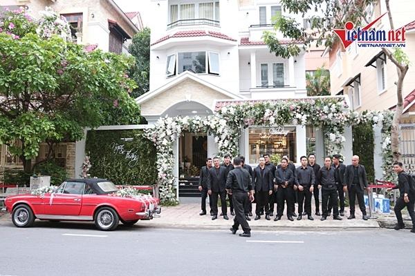 Fan mặc áo dài, sơ mi trắng vây kín nhà cô dâu Đông Nhi ngày ăn hỏi