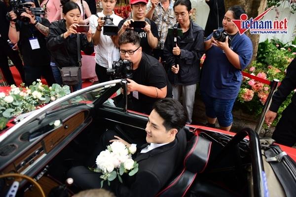 Ông Cao Thắng lái xe mui trần tới nhà Đông Nhi rước dâu