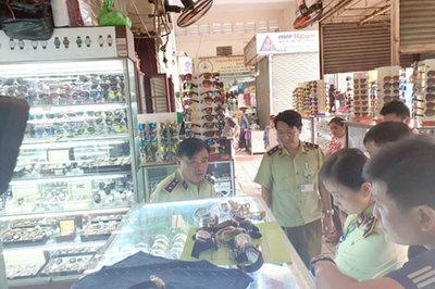 Phát hiện nhiều đồng hồ và túi xách giả tại Sài Gòn Square