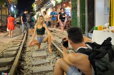 Phố cà phê đường tàu và những địa điểm khốn khổ vì khách du lịch