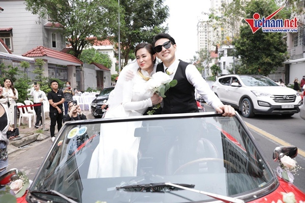 Ông Cao Thắng bế, liên tục hôn Đông Nhi trong lễ rước dâu