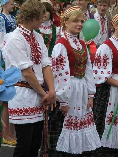 Thiếu nữ Belarus đẹp hút hồn trong trang phục dân tộc