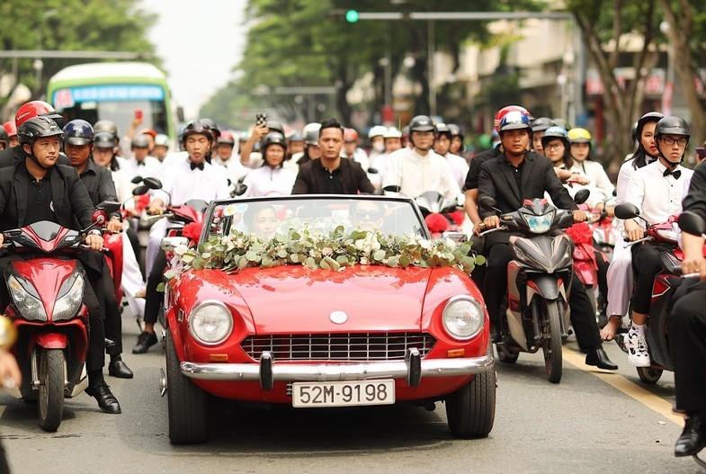 Chú rể ăn chanh, xe cổ và những điều đặc biệt trong lễ rước dâu của Đông Nhi, Ông Cao Thắng