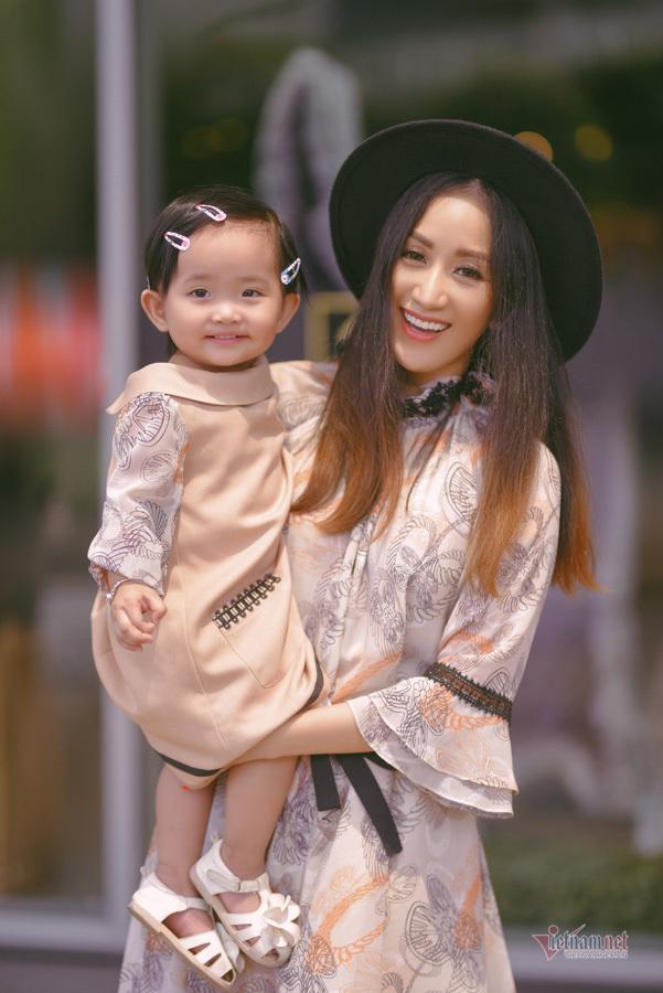 Cuộc sống bận rộn của vợ chồng Khánh Thi - Phan Hiển bên hai con