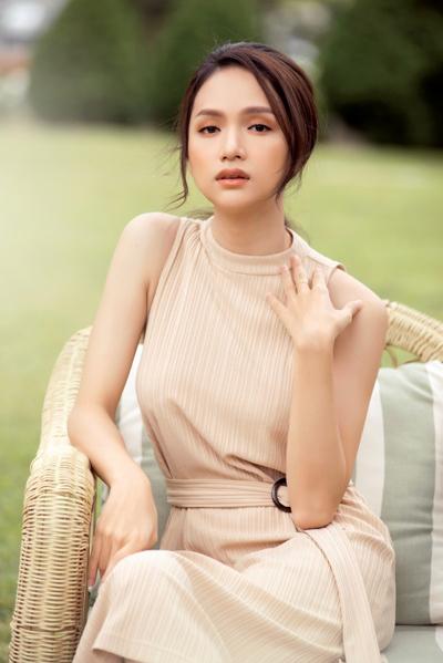 'Bóc giá' bộ mỹ phẩm hàng ngày của Hoa hậu Hương Giang