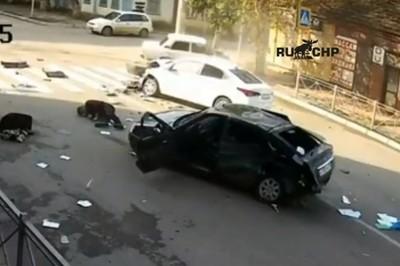 Băng qua ngã tư, ô tô bị 2 ô tô khác đâm vỡ nát