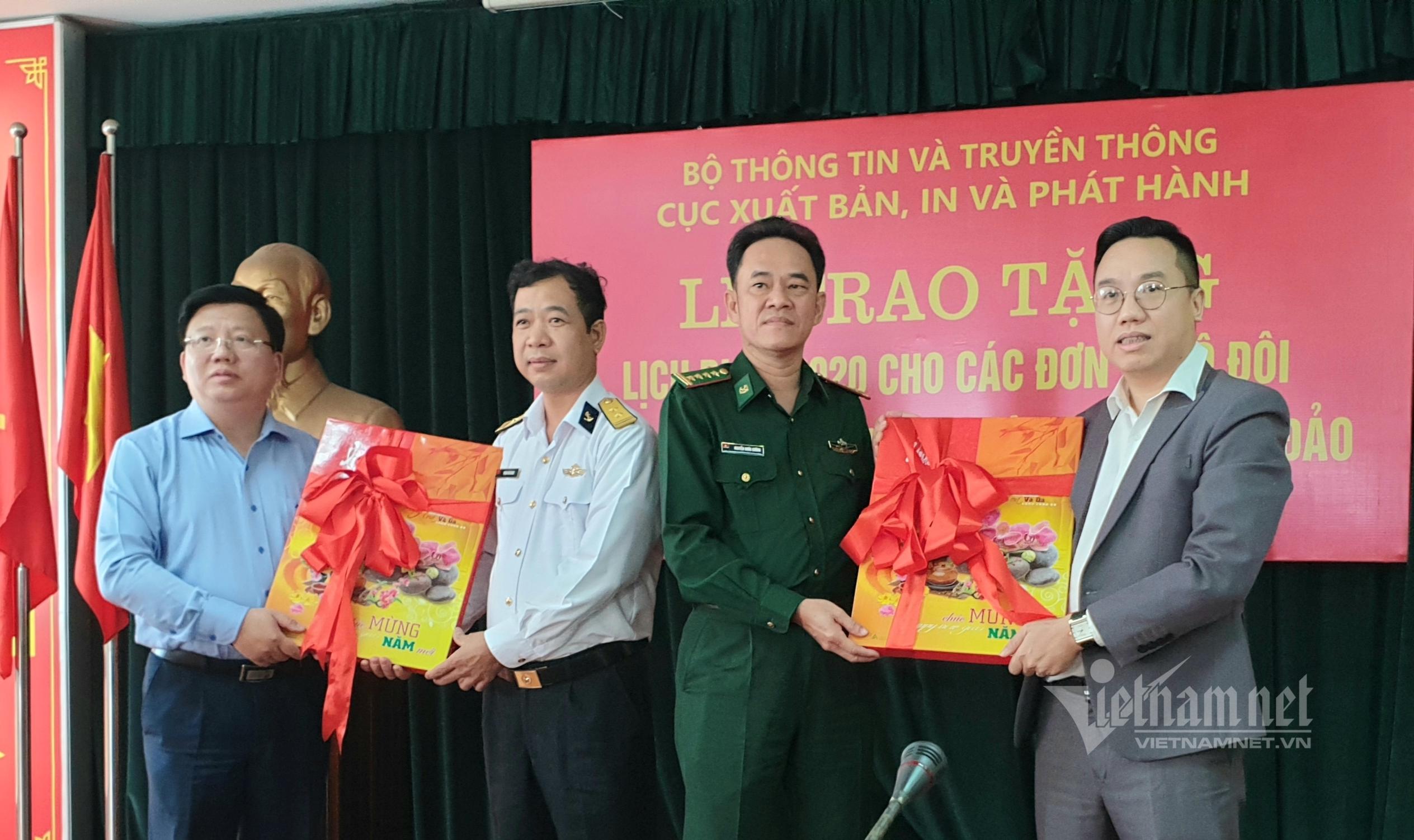 Bộ Thông tin và Truyền thông trao tặng 3.000 lịch blốc cho lực lượng vũ trang