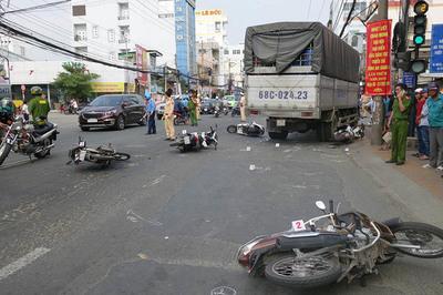 Xe tải tông cả loạt xe máy dừng đèn đỏ ở An Giang, nhiều người bị thương