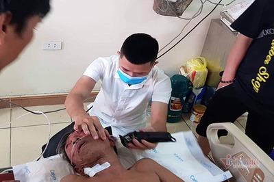 Bộ đội đến tận giường tân trang miễn phí cho bệnh nhân bị liệt