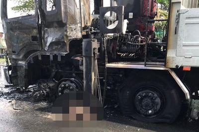 Người chạy xe máy chết cháy sau cú tông mạnh vào xe tải ở Đồng Tháp