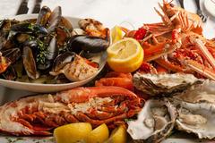 Thưởng thức bàn hải sản hoàng gia giá 225 USD