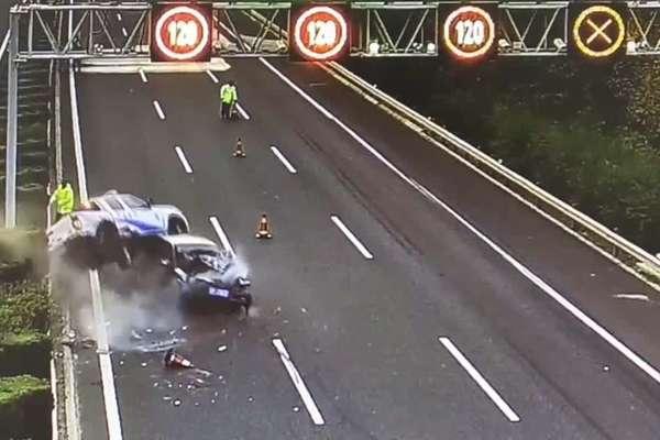 Ô tô mất lái đâm vào xe cứu hộ, viên cảnh sát thoát chết