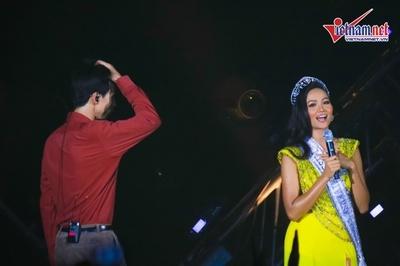 H'Hen Niê bất ngờ đội vương miện, catwalk trong show của Đen