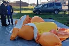 Bóng bay hình nộm 'Em bé Trump' bị đâm nát, xì hơi