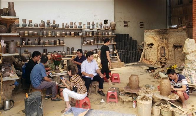 Artisan long for preserving Huong Canh pottery craft