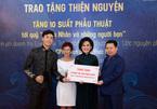 Lê Việt Anh và Giao Linh đại diện trao gần 400 triệu đồng cho quỹ từ thiện