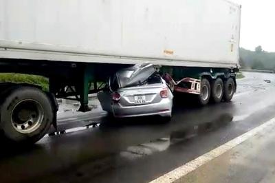 Ô tô 4 chỗ chui gầm xe đầu kéo, 2 người tử nạn ở Đắk Nông