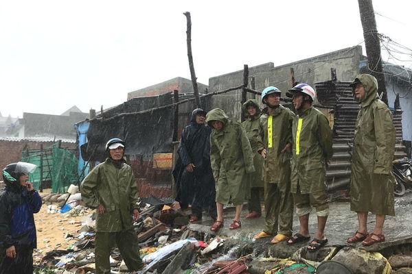 Xe bọc thép sẵn sàng ứng cứu đón bão số 6 đổ bộ Bình Định