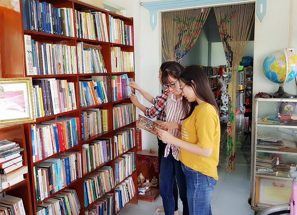 Vợ chồng thầy giáo bán bánh tét lấy tiền mua sách tặng học trò