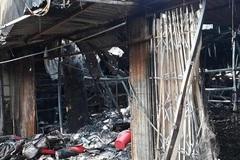 4 ki-ốt bị thiêu rụi trong đêm, bé 8 tuổi tử vong ở Hòa Bình