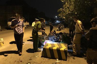 Húc vào cục bê tông giữa đường, con tử vong, mẹ bị thương nặng