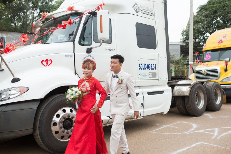 Chú rể Đồng Nai mang 6 container đi đón dâu khiến nhà gái bất ngờ - ảnh 2