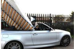 Lái mui trần BMW vận chuyển giường nệm, tài xế bị bắt