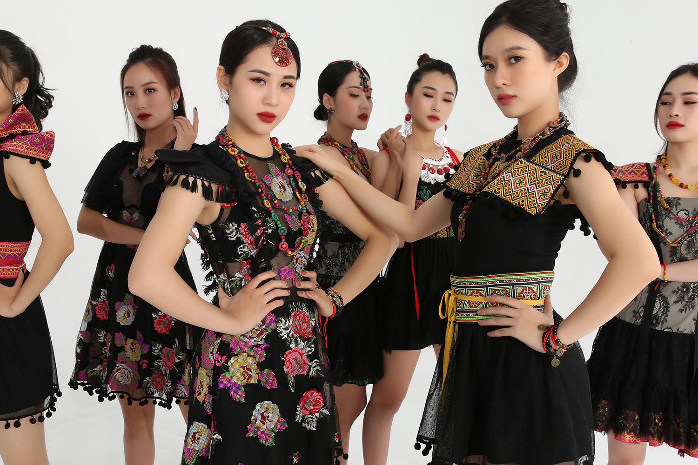 Cao Minh Tiến khoe khéo bộ sưu tập qua MV mới
