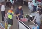 Con trai lấy đồ không trả tiền, bố đánh nhân viên cửa hàng