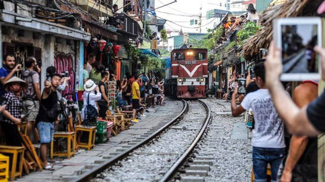 railway coffee shops in hanoi,railway cafe,hanoi,social news