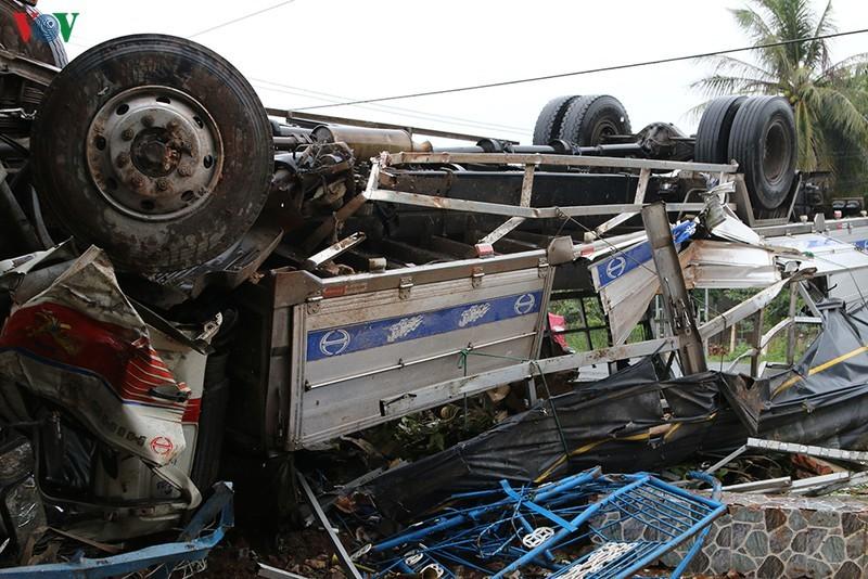Ô tô tải mất lái tông vào nhà dân, chổng 4 bánh lên trời