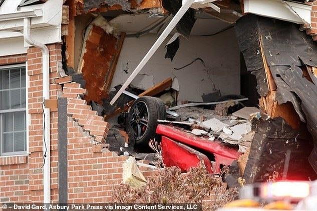"""Xe sang Porsche """"bay"""" lên tầng hai ngôi nhà, hai người tử vong"""