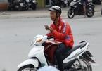 Xe ôm công nghệ dán mắt vào điện thoại khi chạy sẽ bị phạt