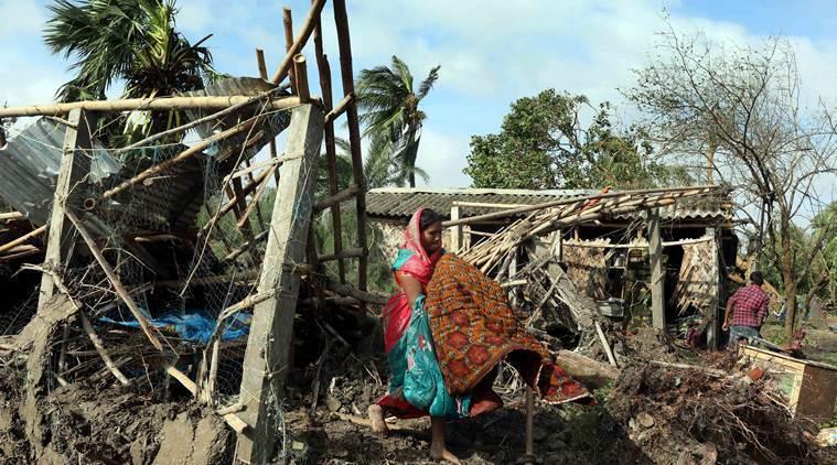 Lốc xoáy kinh hoàng tàn phá Ấn Độ và Bangladesh