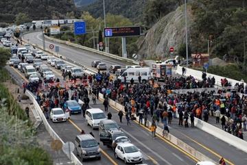 Người biểu tình gây nghẽn cao tốc nối Pháp và Tây Ban Nha