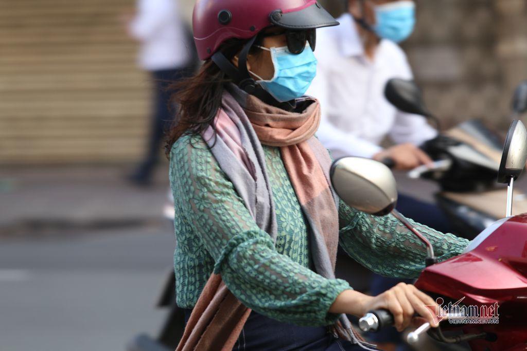 Co ro đi làm ngày Sài Gòn se lạnh, mờ ảo sương mù