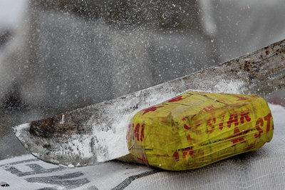 Bí ẩn hàng kiện cô-ca-in giá hơn nghìn tỷ dạt vào bờ biển Pháp