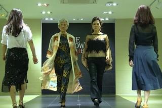 Người Hàn Quốc ngoài 60 tuổi học catwalk, ước mơ làm người mẫu