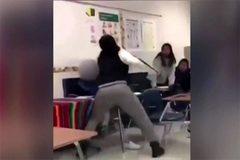 Cô giáo đánh đập học sinh dã man giữa lớp, cả nước Mỹ rúng động