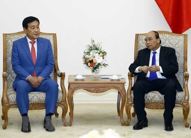 Prime Minister Nguyen Xuan Phuc greets Chairman of Hana Financial Group Inc.