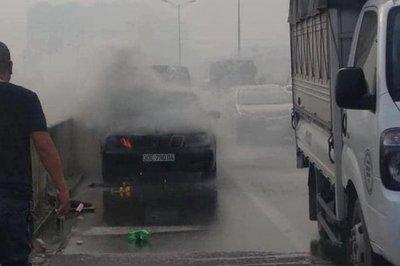 Mercedes bốc cháy trên đường vành đai 3, tài xế cuống cuồng bỏ chạy