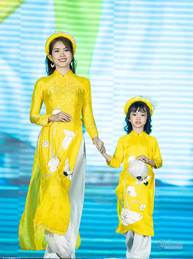Nữ sinh ung thư vú của ĐH Ngoại thương diễn áo dài cho Ngọc Hân