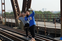 Selfie seekers change tracks to Hanoi's Long Bien Bridge