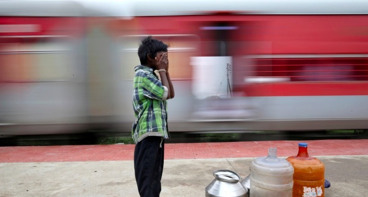 Khoảnh khắc hai đoàn tàu lao thẳng vào nhau ở Ấn Độ
