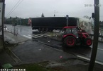 Sang đường ẩu, xe máy kéo bị container tông vỡ nát