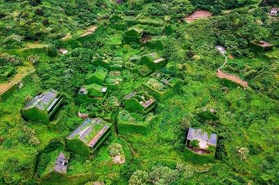 Ngôi làng bỏ hoang hóa xứ sở cổ tích ở Trung Quốc